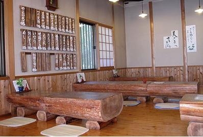②じょうぐう庵は広々としてテーブルも木で凄い