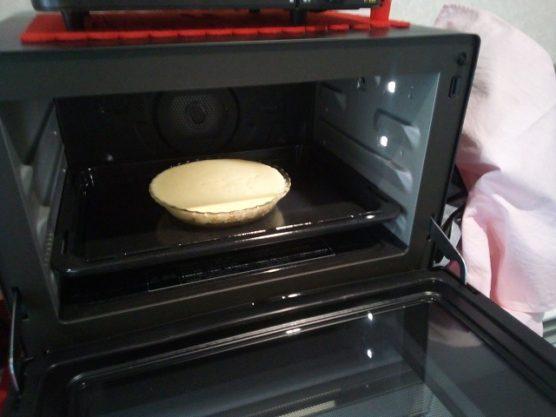 耐熱容器に生地を流し込みチーズケーキを焼き上げる