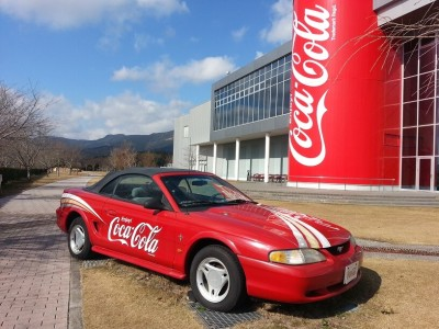 ④コカ・コーラ社のグリンパークえびの えびの工場の外にあるフードとコーラの外観