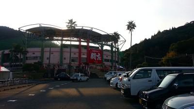 ⑥広島東洋カープを見に天福球場に着いた。