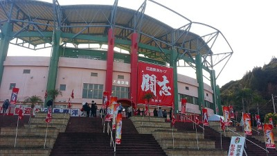 ⑧広島東洋カープを見に天福球場に着いた。選手の出待ちかな